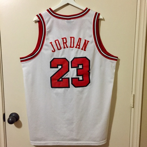 04793870ac4 Nike Throwback Michael Jordan Chicago Bulls Jersey.  M 5b304dfa819e903fba92fb31